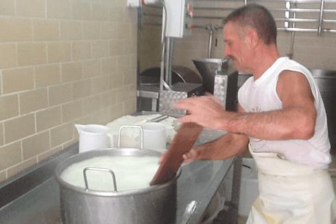 Il caseificio produce artigianalmente mozzarelle