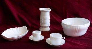 Vassoi ed oggetti in porcellana bianca