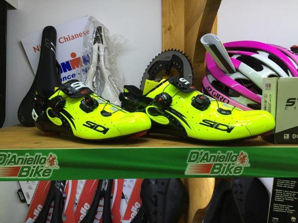 delle scarpe color verde mela da ciclismo, un casco e altri prodotti