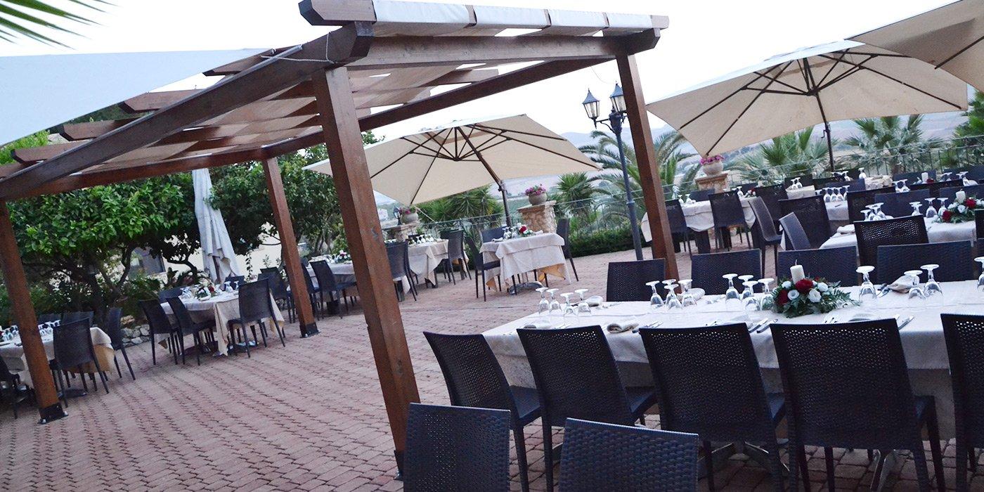 avoli con boquet matrimoniale all'esterno del ristorante, gazebo di legno e ombrelloni