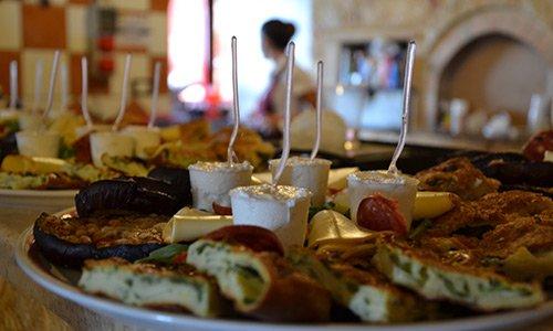 verdure, pasta sfoglia salumi e formaggio con coppetta di dolce al centro del piatto