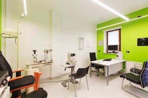 Vista del studio oculistico ,varie sedie,tavola e apparecchi