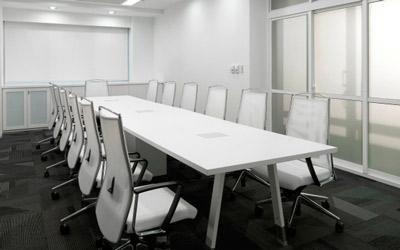 tavolo bianco grande con poltroncine schienale alto
