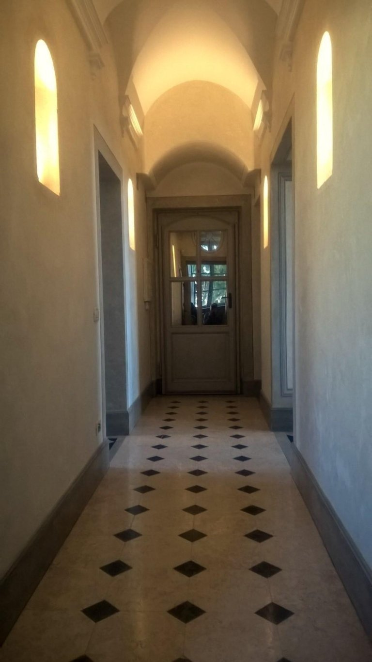 illuminazione con incassi su nicchia corridoio