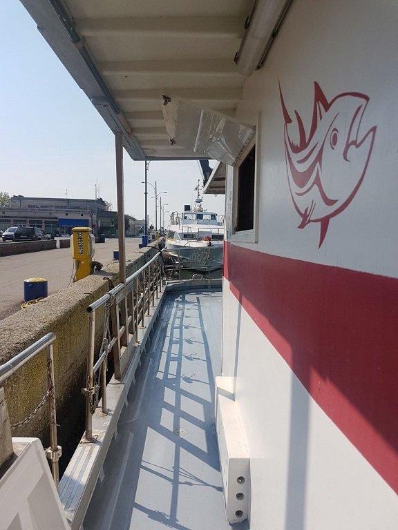 un corrimano ai lato di una motobarca