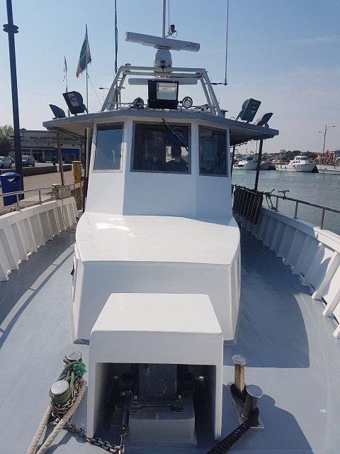 vista della cabina di pilotaggio della motobarca