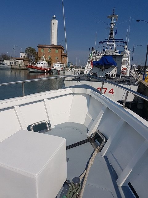 la prua della motobarca