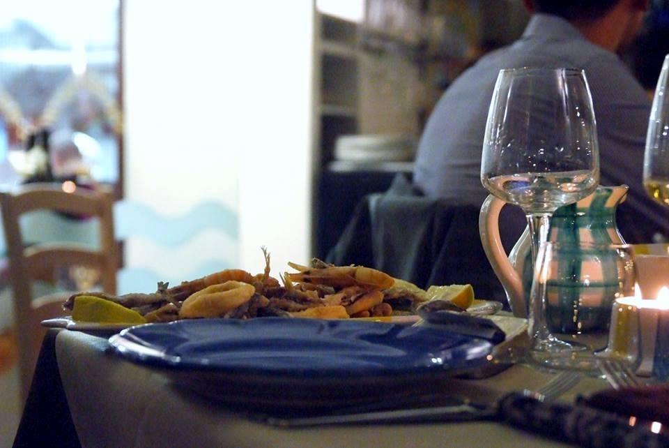 piatto di frutti di mare e un bicchiere