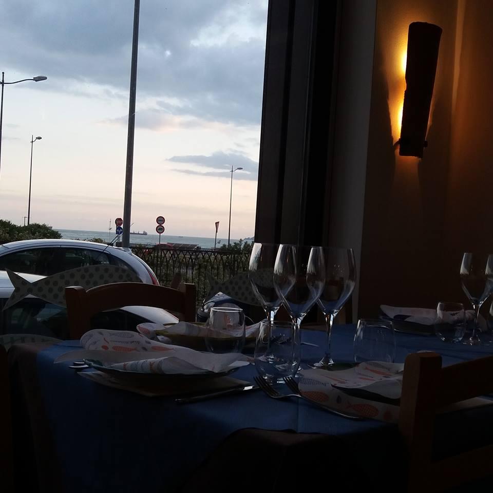 Tavola di un ristorante di fronte al mare
