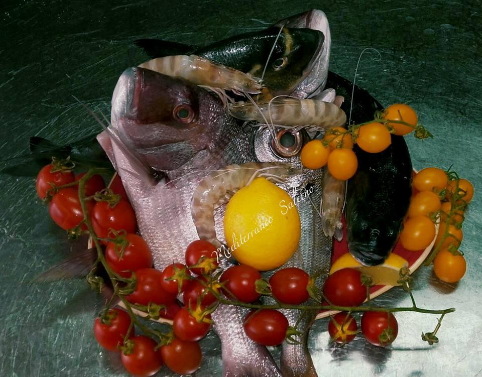 pesce fresco, gamberetti e pomodori