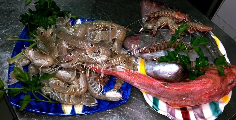 due piatti con pesce fresco e gamberetti