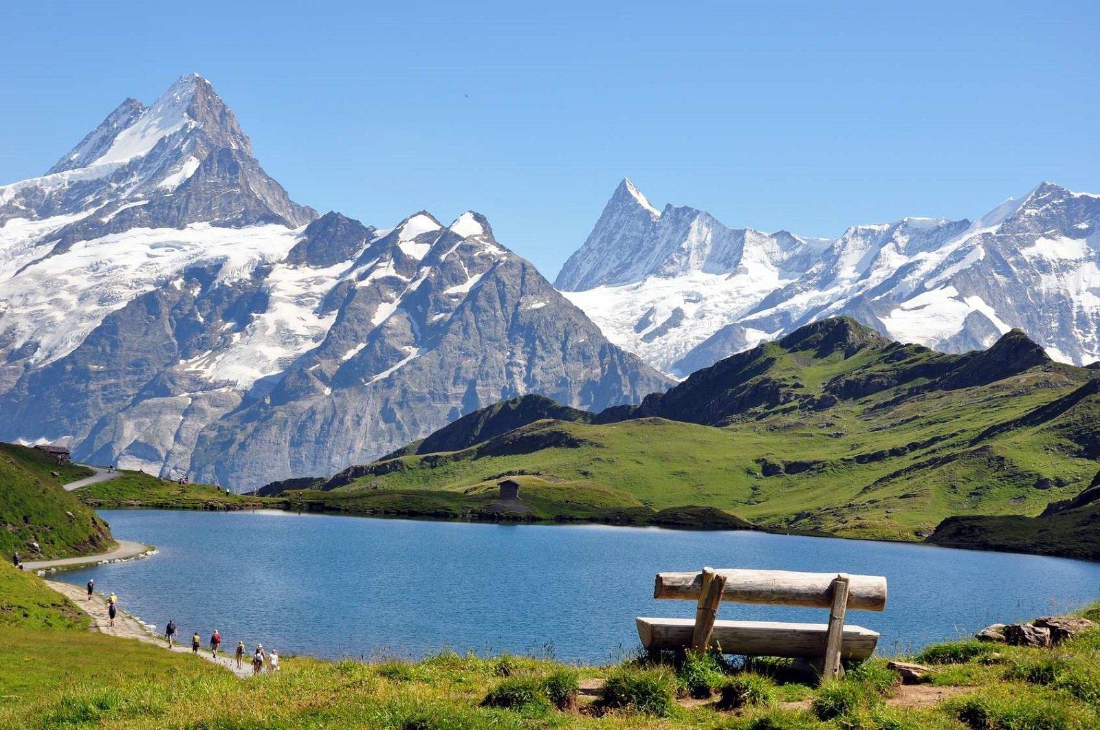 paesaggio di lago e mantagne verdi ed innevate