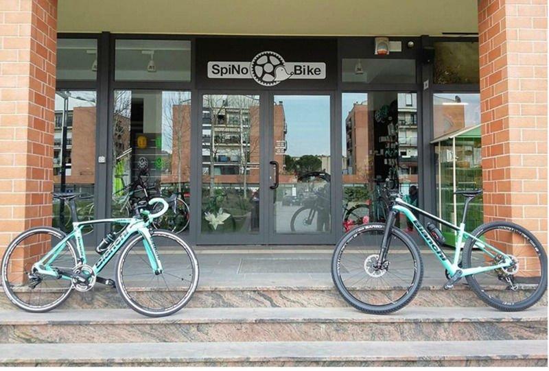 due bici fuori dal negozio Spinobike