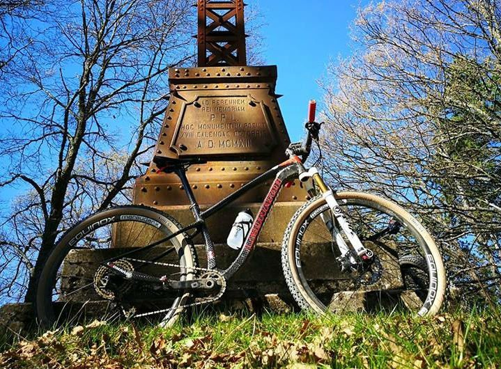 una bicicletta vicino a un monumento
