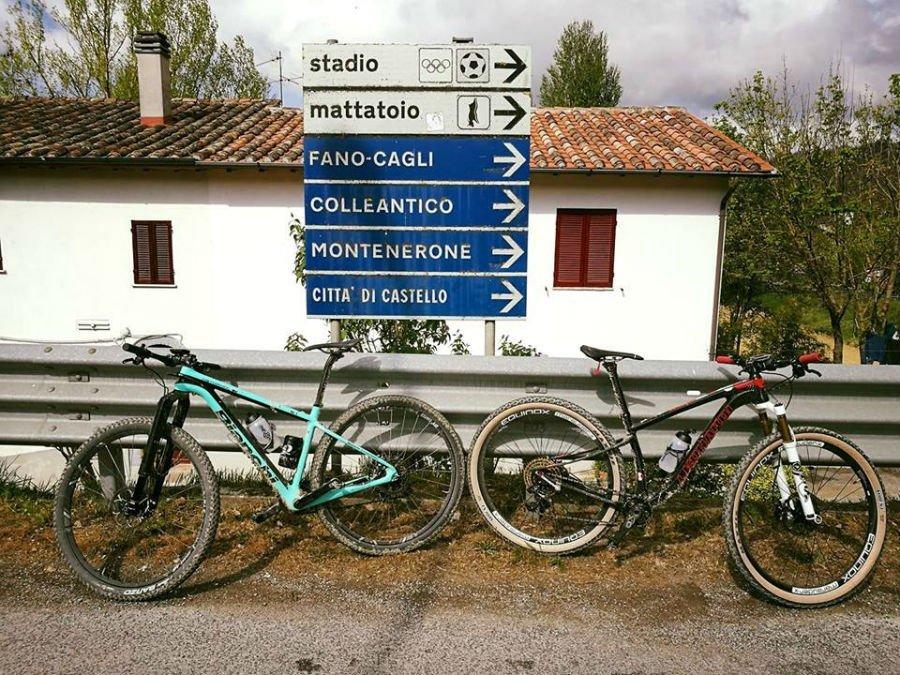 due biciclette vicino a dei cartelli stradali