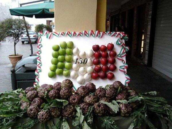 rappresentazione della bandiera italiana con della frutta e verdura