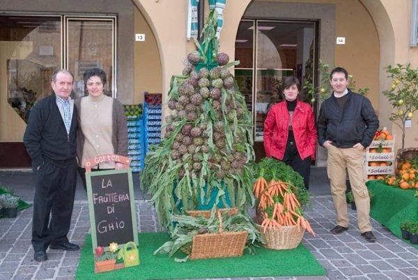 personale davanti alla frutteria di Ghio Giuseppe