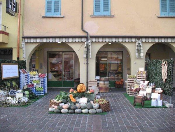 composizione colorata di frutta e verdura all `entrata