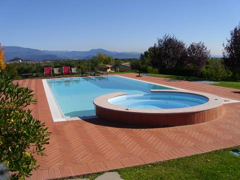 piscina privata sottoposta a impermeabilizzazione