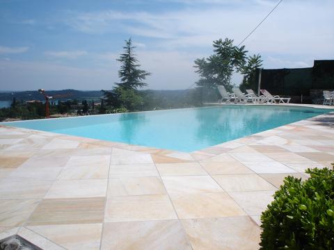piscina privata dopo operazione di ristrutturatura