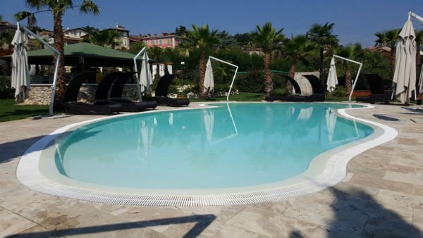 piscina privata con sistema di riscaldamento dell'acqua