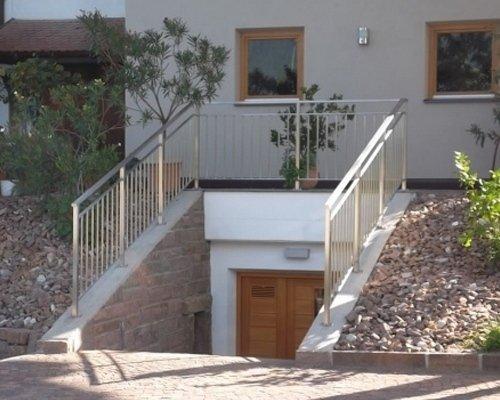 Tür und Geländer