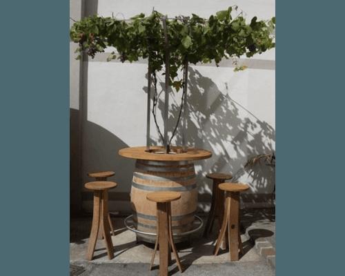 Fassförmiger Tisch für den Außenbereich