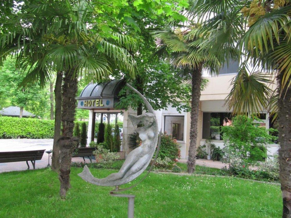 vista frontale di una statua vicino a un hotel
