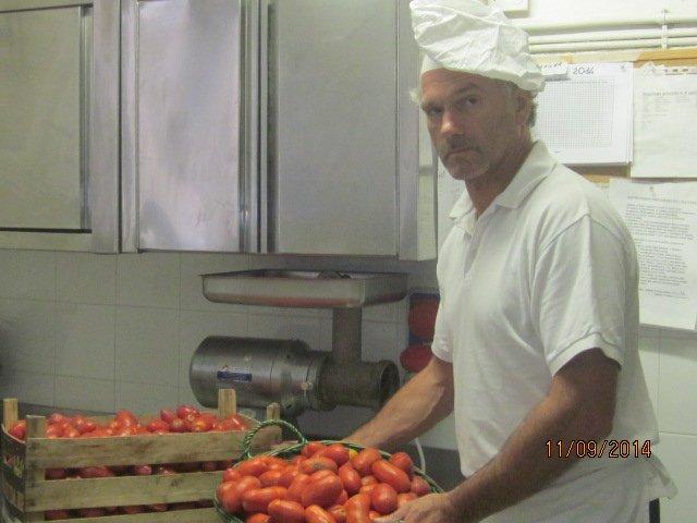 Flavio con pomodori