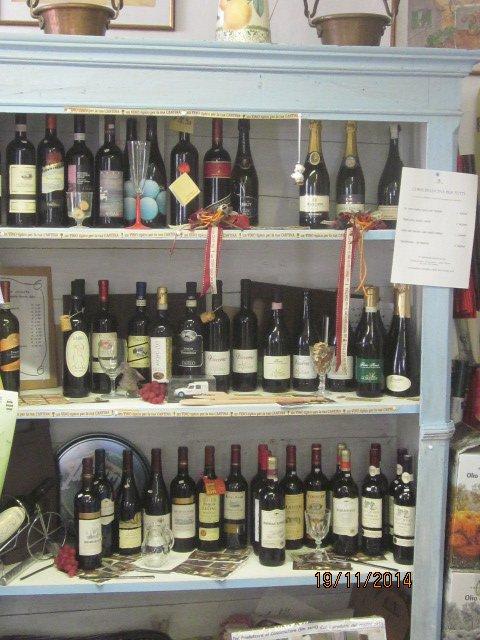 ripiano con bottiglie di vino