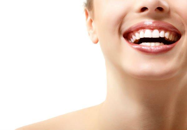 una bocca aperta con denti bianchi