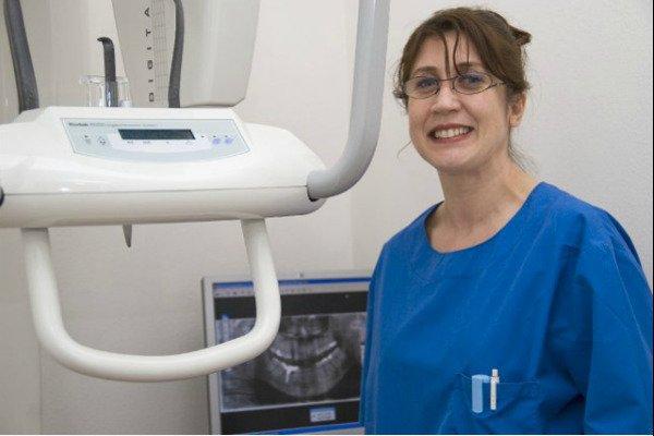 una dentista sorridente