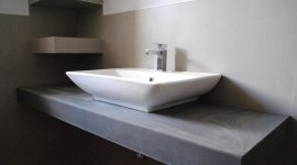 Lavabo Krilis Scarabeo su piano rivestito in Kerlite spessore 3 mm Cotto d'Este.