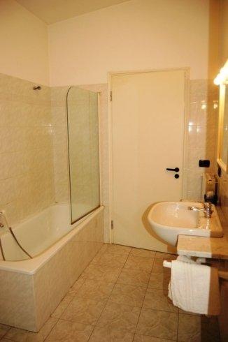 bagno con vasca hotel savona