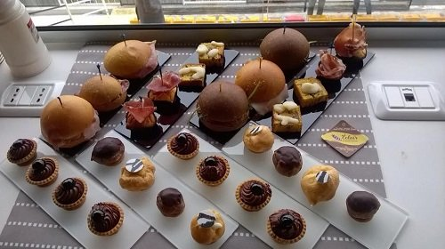 dei dolci al cioccolato di varie dimensioni