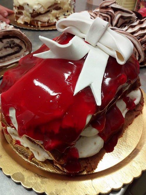 una torta con sciroppo alla fragola