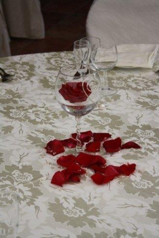 centro tavola con petali di rosa