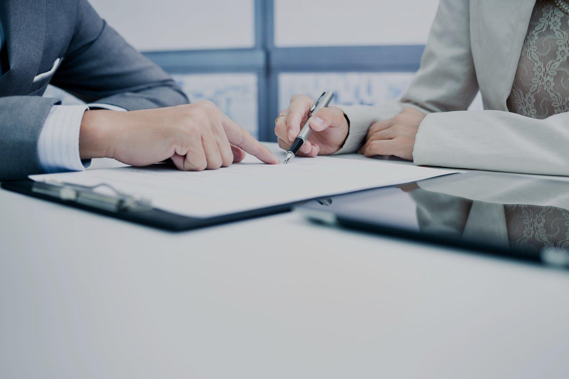 Due signori  mentre siglano un contratto