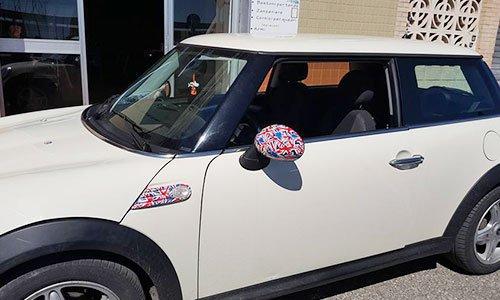 un'auto con degli specchietti personalizzati
