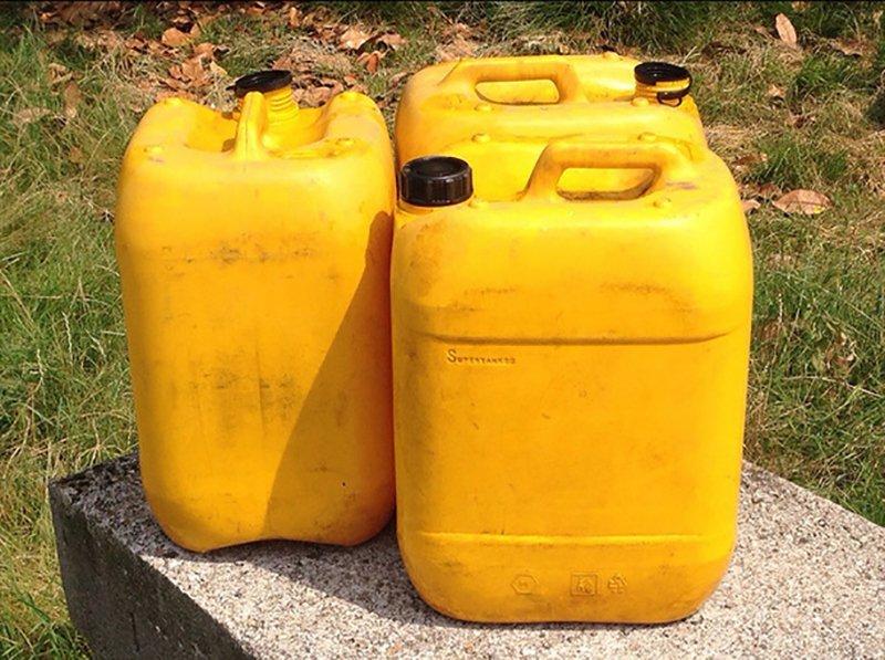 Tre galloni gialli
