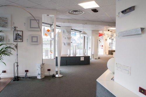 Salone con articoli per l'illuminazione in esposizione