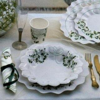 piatti e bicchieri bianchi con fiori