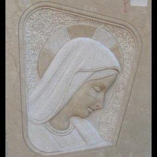 Maria scolpita nel marmo