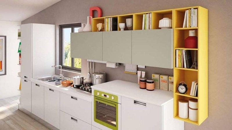 Moderna cucina integrata con dettagli grigia e verde ,libreria gialla