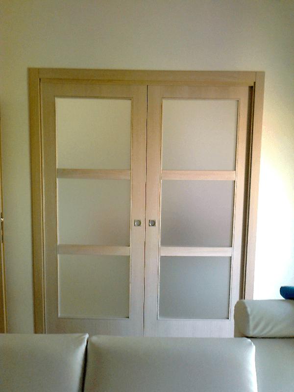 Porta interna a vetri in legno chiaro