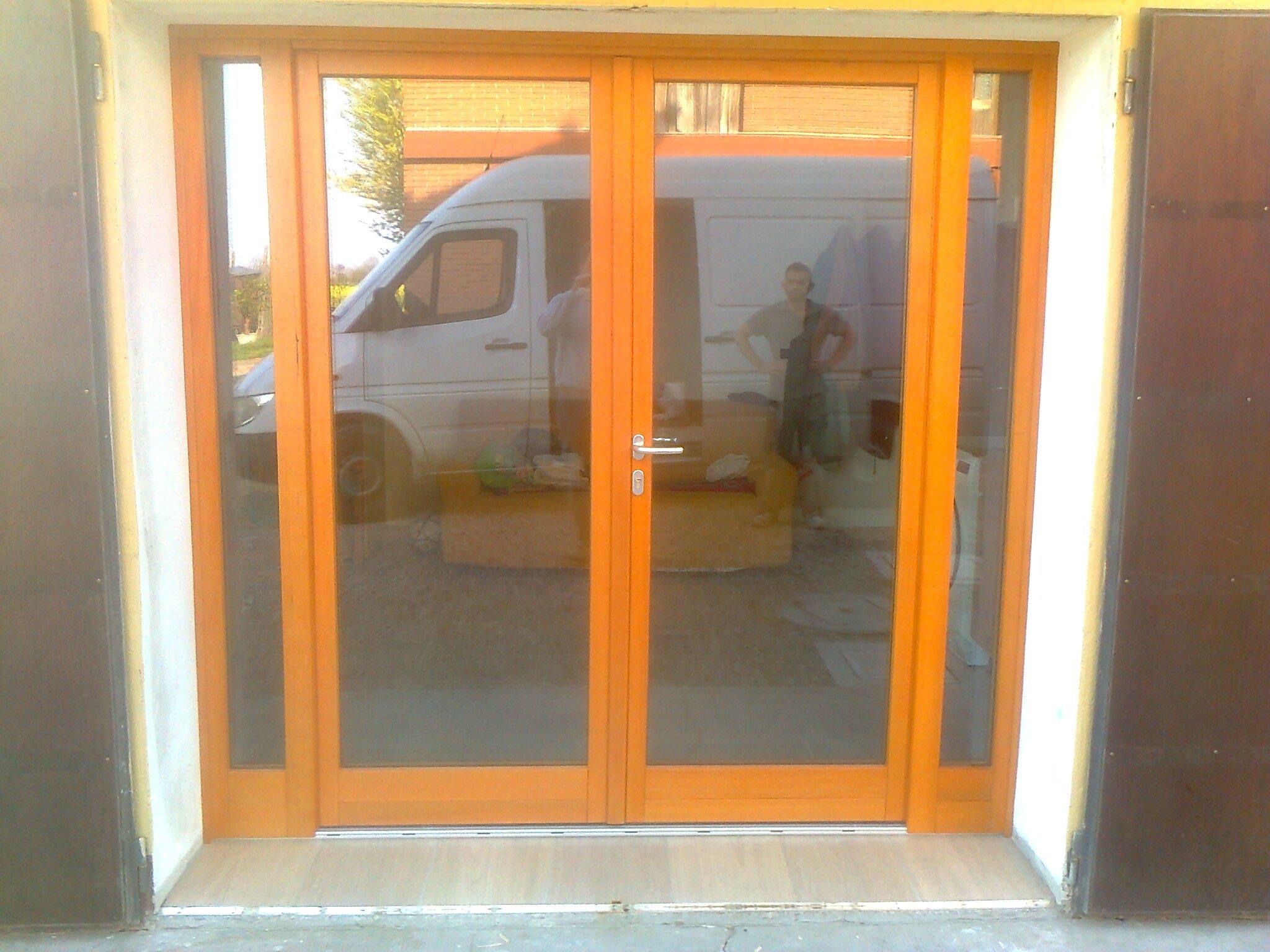 Porta esterna a vetri arancione