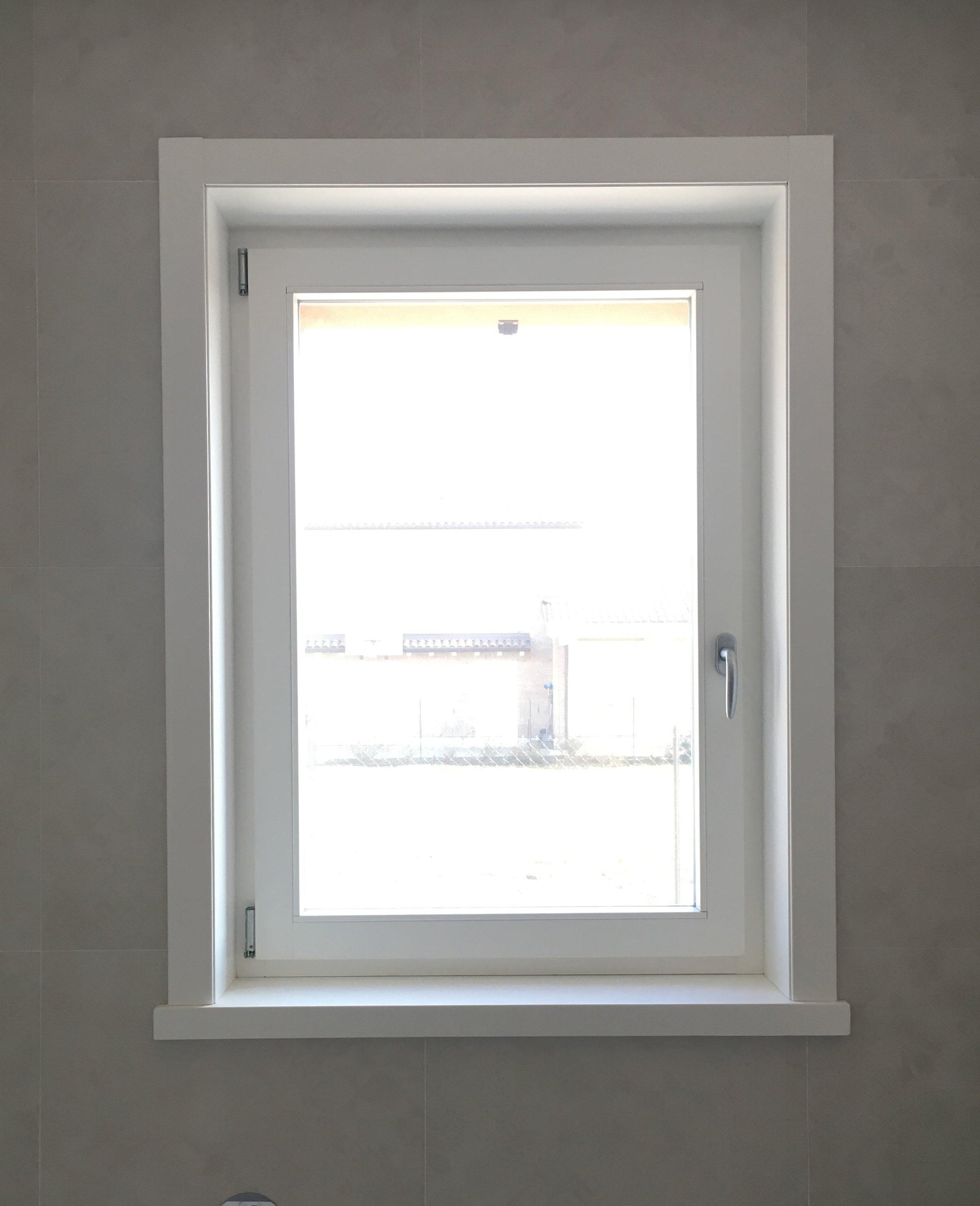 Finestra quadrata bianca