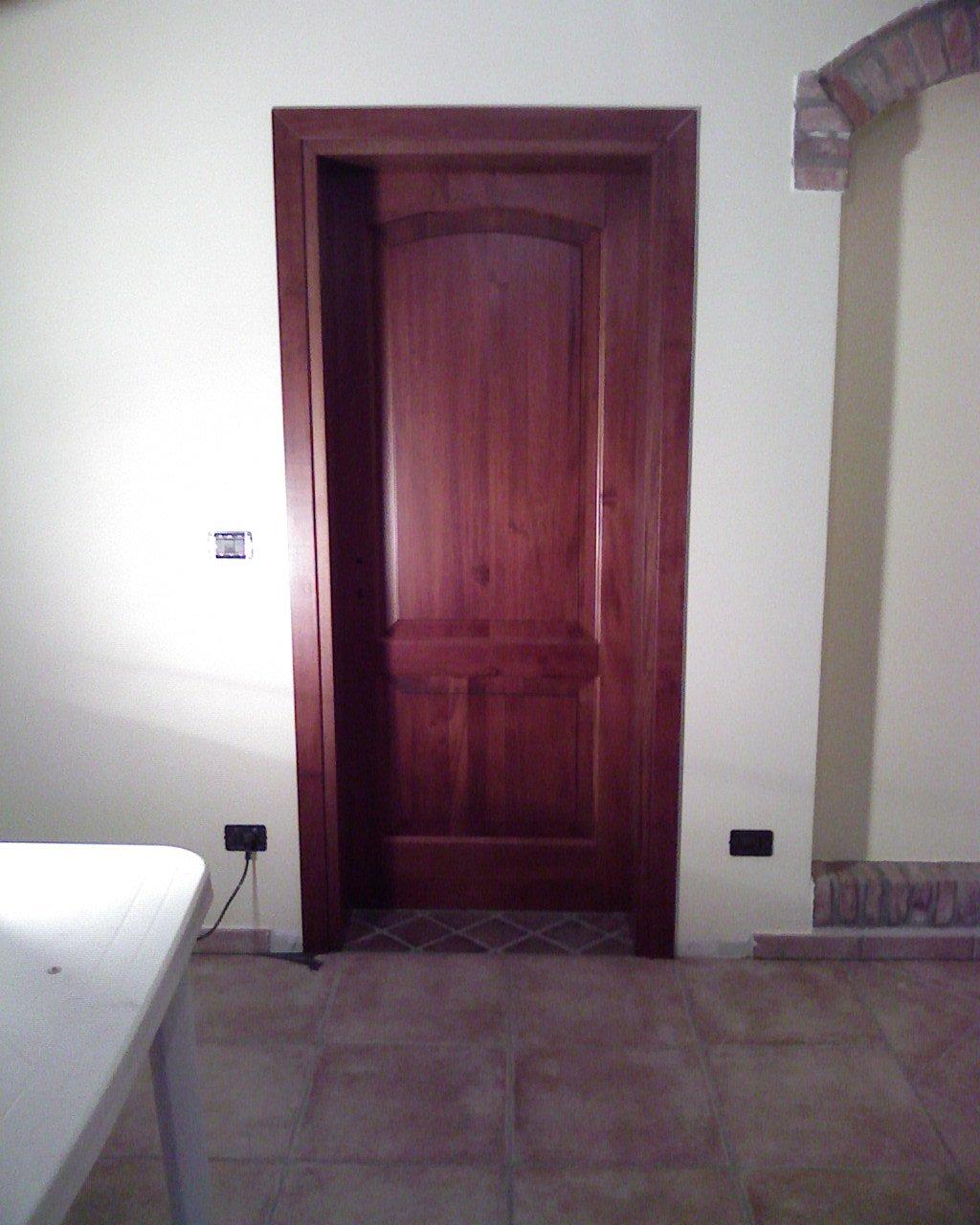 Porta interna in legno scuro lucido