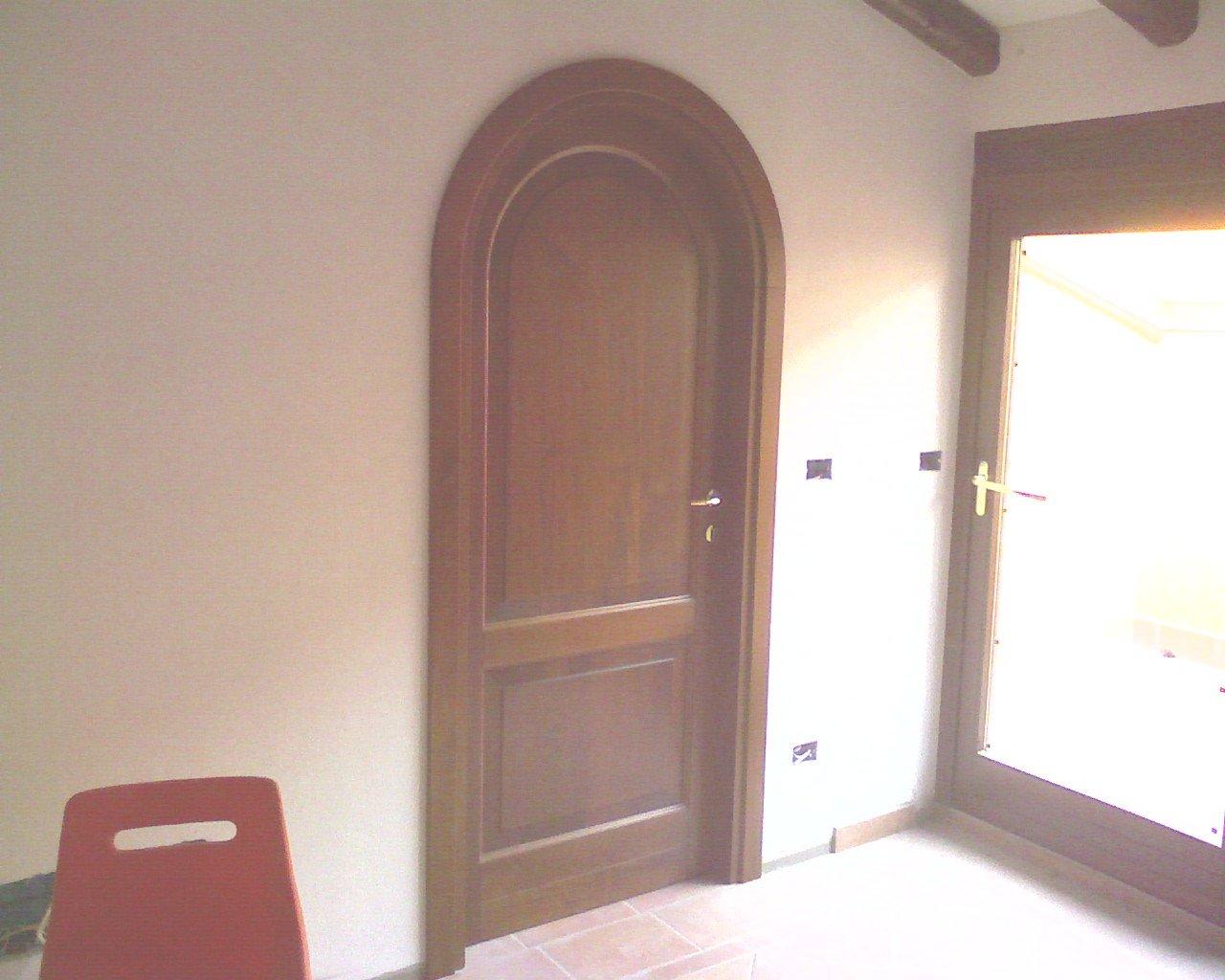 Porta interna arrotondata in legno scuro
