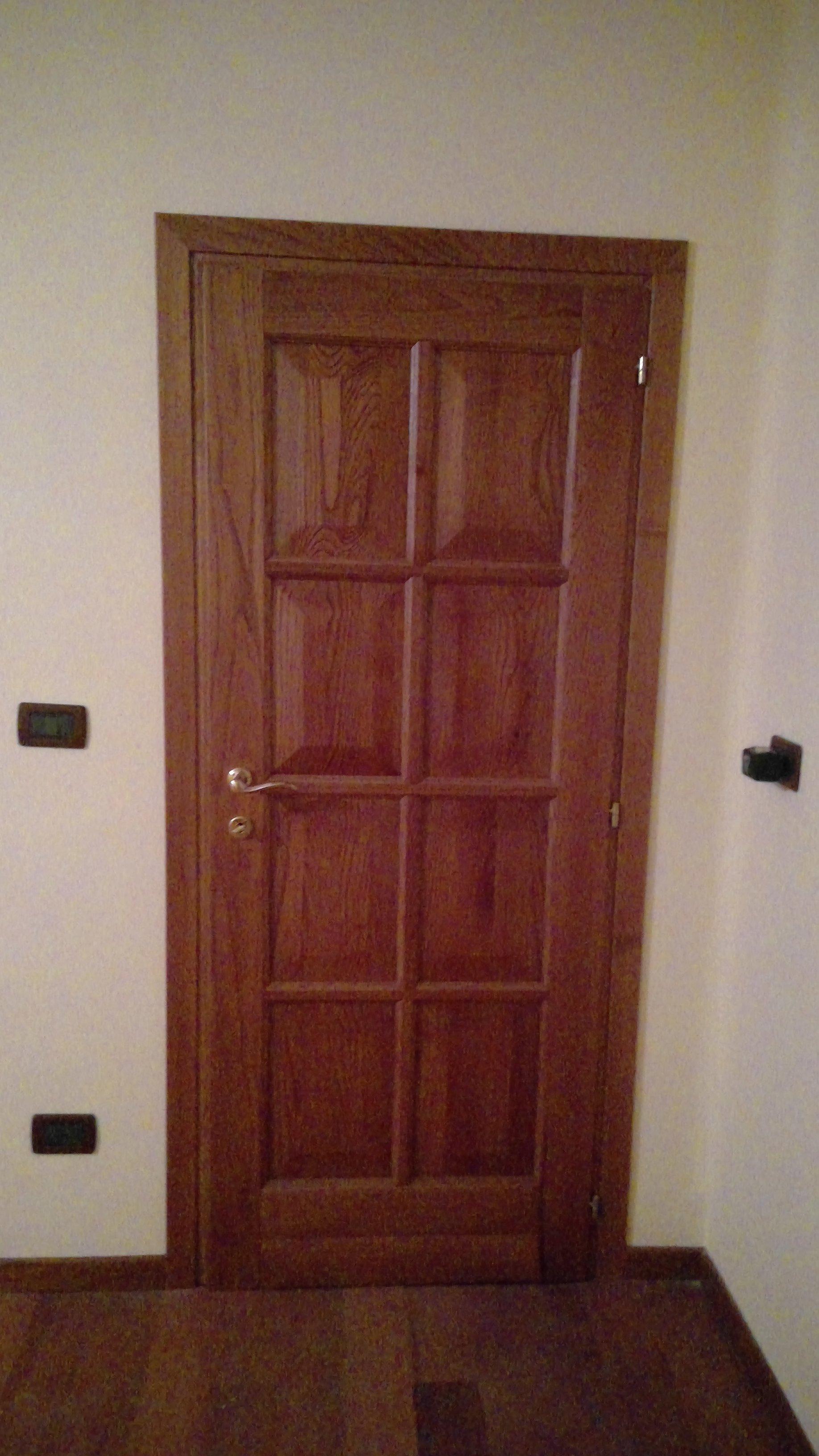 Porta interna in legno con dettagli squadrati